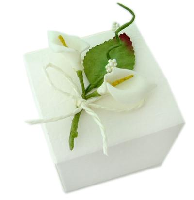 Kästchen mit 2 weißer Calla Blüten auf einem Blatt als Gastgeschenken für Ihre Hochzeit