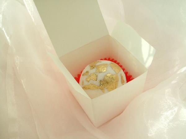 Kästchen für Badekugeln, Badepralinen, Cupcake in weiß/creme mit RELIEF- PRÄGEDRUCK 6 x 6 x 6cm